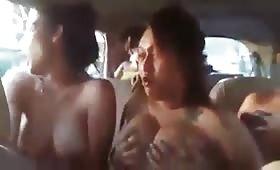 कार में तीन लैसबियन औरतों ने किया जमकर सेक्स